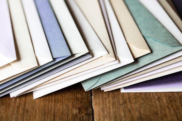 遺品整理で出てきた様々な手紙…その処理の方法は?