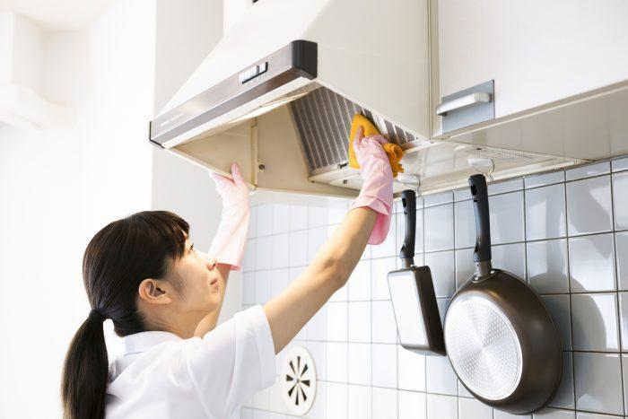 キッチンやトイレ、お風呂の換気扇掃除はできている?手順とハウスクリーニング依頼の相場価格は