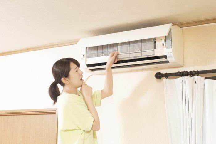 エアコンを掃除しないと臭いや健康被害の原因に!