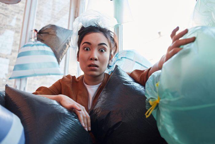 ベランダに「不用品をとりあえず放置」でゴミ屋敷化!片付けのコツと業者に依頼するメリット