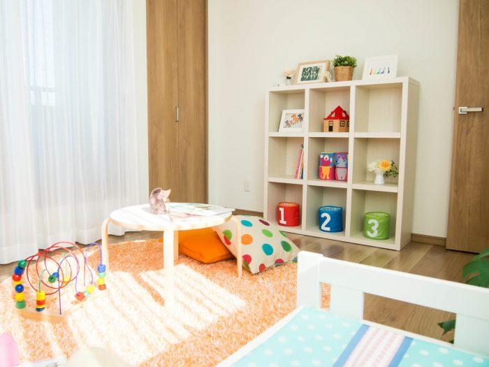 おもちゃや勉強道具があふれる子供部屋の収納テクニック