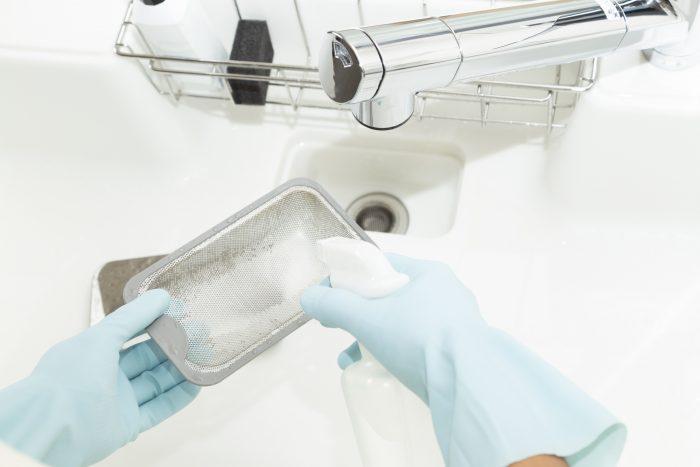 排水溝ってどうやって掃除するの?お風呂やキッチンなど場所によって汚れの原因が違う!